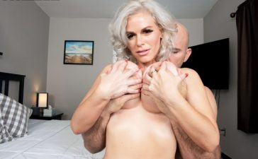 Milf tetona Casca Akashova y su primer video porno