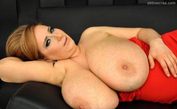 La mega tetona Abbie Secraa y su vestido rojo