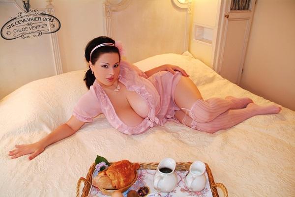 Photo of Desayunando las enormes tetas Naturales de Chloe Vevrier